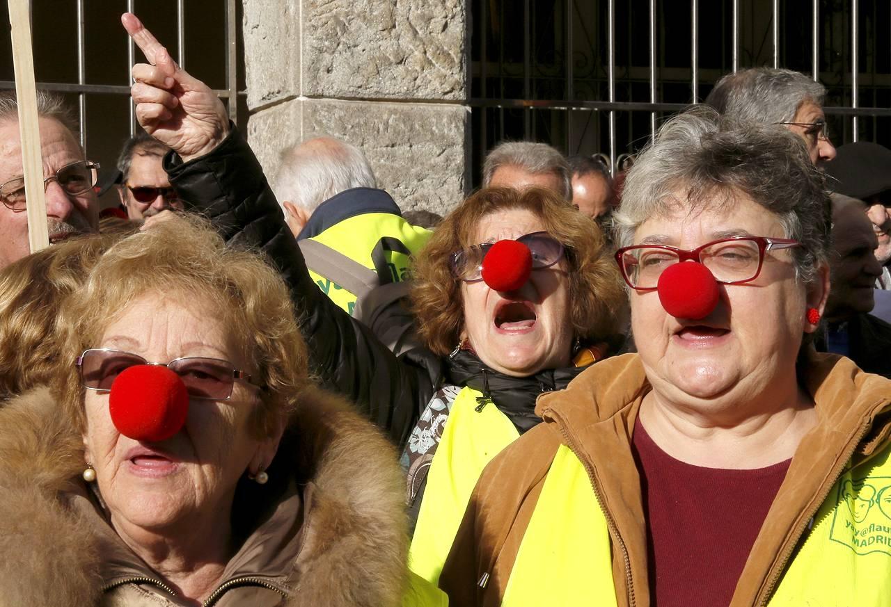 """GRA066. SANTIAGO DE COMPOSTELA, 08/02/2017.- Un centenar de pensionistas se manifestaron para protestar por las bajas pensiones que reciben, convocados por el """"movimiento gallego por la defensa de las pensiones"""", esta mañana ante el Parlamento de Galicia, en Santiago de Compostela. EFE/Lavandeira jr"""