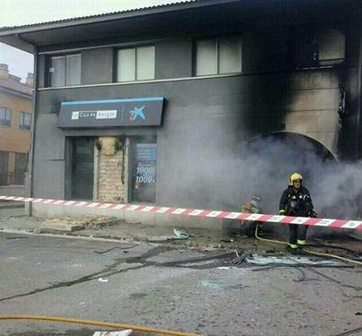 Incendia una sucursal bancaria